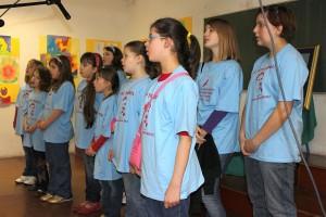 Školski pjevački zbor izvodi himnu prilikom otvorenja Drugog Puta k Suncu